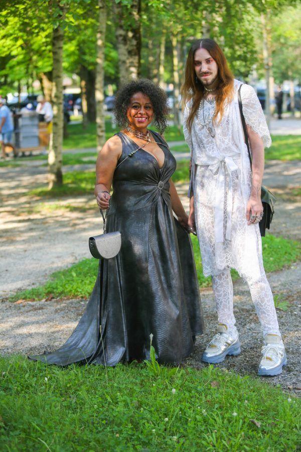 Designer Markus Spatzier durchbricht Geschlechterrollen komplett in weißer Spitze. Tania Maria Rodrigues-Peters trägt ein Kleid von seinem Label Herzblut.