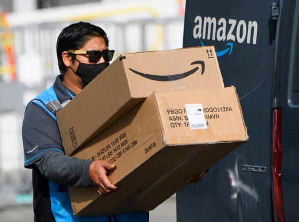 Ein runder Aufkleber kennzeichnet Häuser, die von den Amazon-Auslieferern mit einem Knopfdruck auf ihrem Telefon geöffnet werden können, um dann Pakete im Hausflur abzustellen. AP (2), AFP