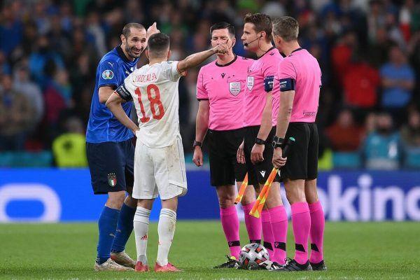 Giorgio Chiellini (in Blau) hatte beim Münzwurf seinen Spaß, Jordi Alba wohl weniger.apa (2)