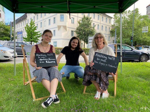 """Grüne-Jugend Vorstandsmitglied Lea Riedmann, Aaron Wölfling und Stadtvertreterin Marlene Thalhammer (v.l.)waren gestern Nachmittag im Zeichen der """"Abkühlung"""" in Feldkirch unterwegs.NEUE/Stadler"""