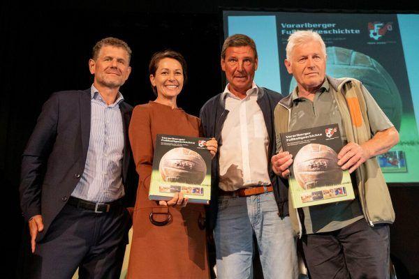Horst Lumper übergab eine Ausgabe an Martina Rüscher, signiert unter anderem von Gerhard Ritter und Helmut Metzler (v.l.). stiplovsek