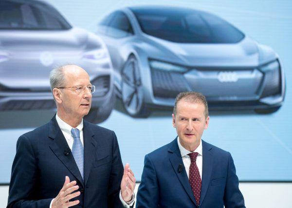 In der Kritik steht etwa Hans Dieter Pötsch, hier links neben dem VW-Vorstandsvorsitzenden Herbert Diess.APA/AFP