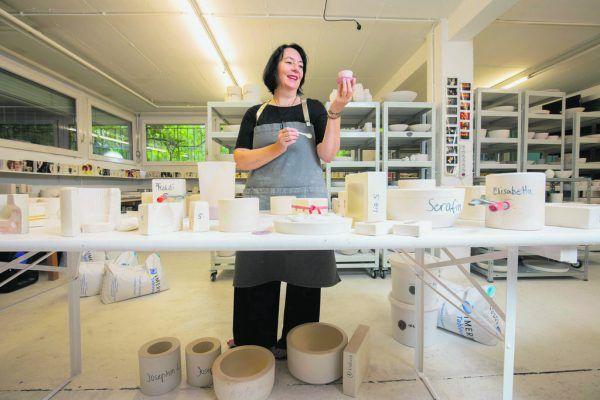 In der Porzellanmanufaktur in Lustenau hat die studierte Produktdesignerin die Tassen in der Hand und nicht im Schrank.HARTINGER