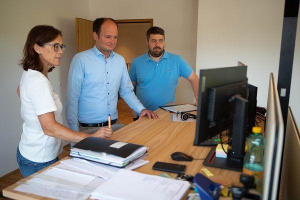 Ingrid Baldauf, Egmont Schwärzler und Andreas Faißt in den neuen Büroräumlichkeiten.