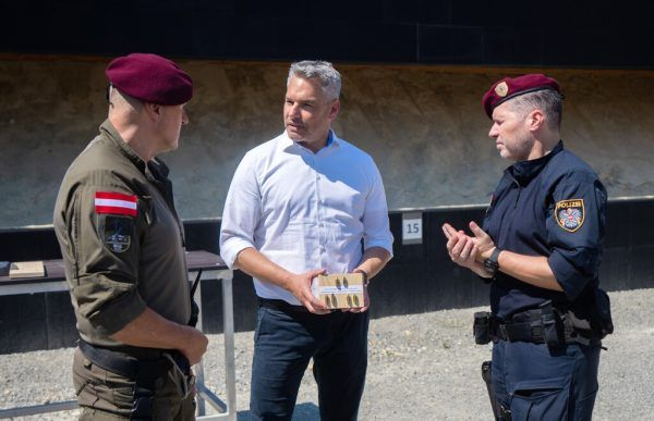 Innenminister Karl Nehammer mit WEGA-Beamten.APA/Hochmuth