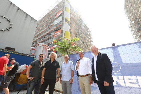 Investoren feierten mit Projektbeteiligten wie den ÖBB und der Stadt Feldkirch.Hartinger