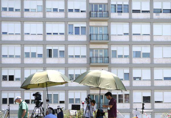 """Journalisten warten vor der Poliklinik """"Agostino Gemelli"""", in die Papst Franziskus am 4. Juli eingeliefert wurde. DPA"""