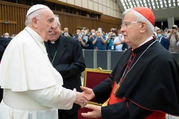 Kardinal Gualtiero Bassetti (r.) auf einem Archivbild mit Papst Franziskus.AFP/Vatican Media