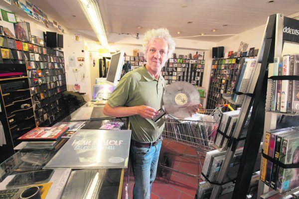 """Karl Müllner besitze selbst """"nicht viele"""", sondern nur 500 Platten. Doch er ist jeden Tag im Musikladen in Feldkirch von Schallplatten umgeben. HARTINGER"""