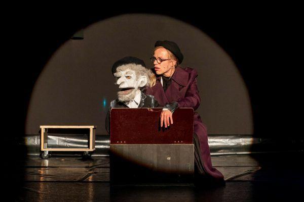 Kathrin Jaehne, im kleinen Bild Pan Selle. Die Puppen hat Kerstin Köck Resch gemacht. Dietmar Stiplovsek (2)