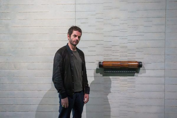 """Kleines Bild links: Anri Sala und seine Arbeit """"All of a Tremble (Conducted Lines)"""" (2021). Der Künstler zeigt jüngere und brandneue Werke.Philipp Steurer (3)"""