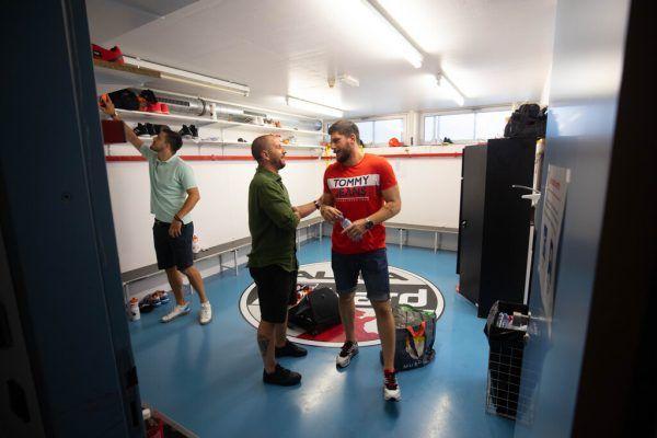 Links: Srdjan Predragovic und Jadranko Stojanovic werden vom Klubangestellten Michael Knauth erst in die Kabine und dann durch die Sporthalle am See geführt.Rechts: Die beiden Neuzugänge werfen für die Kamera die ersten Bälle. Hartinger (6)