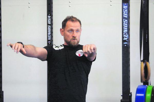 Oben: Der neue Cheftrainer der Roten Teufel, Hannes Jón Jónsson, gibt gleich die Richtung vor. Links stemmt Neuzugang Nico Schnabl beäugt von Neo-Teamkollege Srdjan Predragovic (l.) Gewichte. Hartinger