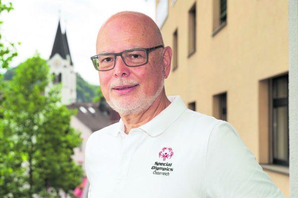 Peter Ritter ist der neue Präsident von Special Olympics Österreich. Das Büro des Vorarlberger Landesverbands befindet sich am Götzner Garnmarkt, wie Ortskundige an der Kirche im Hintergrund erkennen.Dietmar Stiplovsek (4)