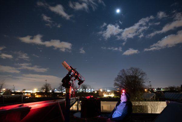 Philipp Salzgeber von den Vorarlberger Amateur Astronomen bei der Beobachtung.Salzgeber