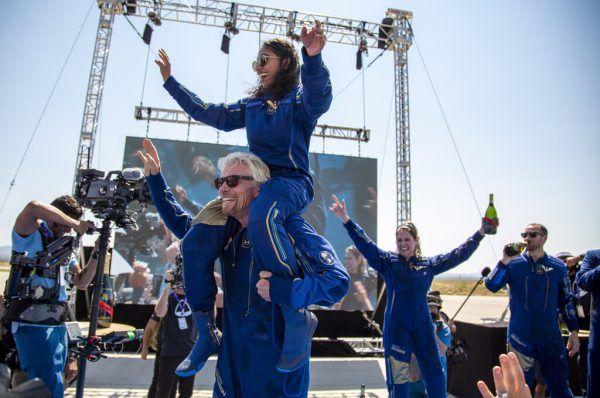 Richard Branson trägt bei der Feier nach dem geglückten Flug ins All Crewmitglied Sirisha Bandla auf den Schultern.
