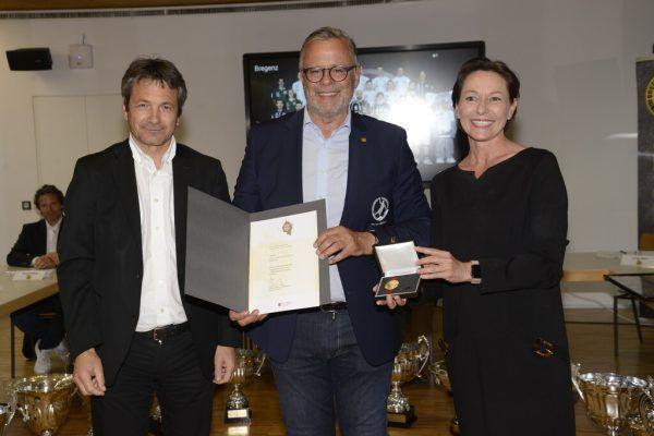 Roland Frühstück (Mitte) wurde bei Bregenz Handball zum Ehrenpräsidenten ernannt.rainer ibele