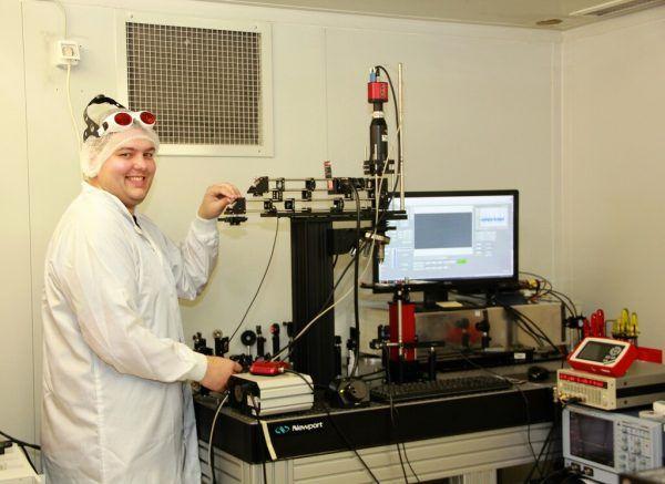 Wäger im Reinraum am Lasermikroskop.FHVorarlberg/Maier-Ortner