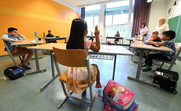 Ab Montag heißt es für 18.600 Schülerinnen und Schüler wieder die Schulbank drücken. pa/Fohringer