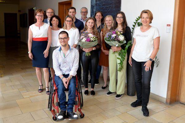 Bürgermeisterin Andrea Kaufmann gratulierte den Absolventen und überreichte die Zeugnisse.Stadt Dornbirn