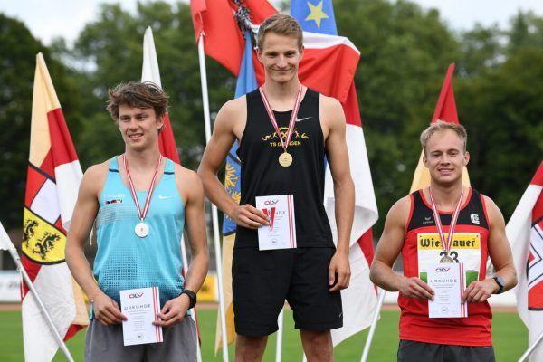 Daniel Bertschler (Mitte) jubelte über den Staatsmeistertitel. ÖLV/Nevsimal