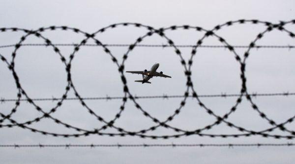 Das Abschiebeflugzeug hob Dienstagfrüh ohne Familie I. ab. Die alleinerziehende Mutter und ihre vier Kinder – zwei davon sind in Österreich geboren – dürfen vorerst im Land bleiben. Symbolfoto APA