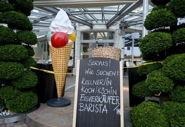 Das Personalproblem im Tourismus ist nach Corona noch akuter geworden, sagt der Vorarlberger Spartenobmann.APA