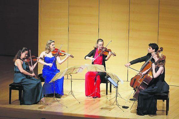 Das Streichquintett um Baiba Skride (links), Andrè Schuen und Daniel Heide (ganz oben) und Francesco Piemontesi (oben). Schubertiade (3)