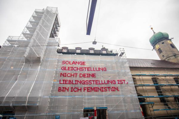 Die Installation an der Fassade und Künstlerin Katharina Cibulka.Klaus hartinger (2)