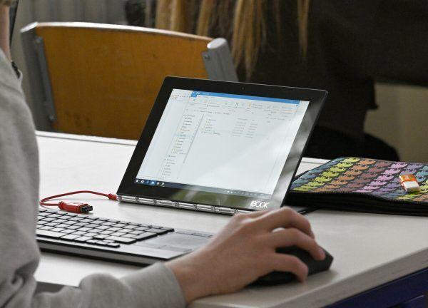 Die Schüler werden mit Laptops und Tablets ausgetattet. apa