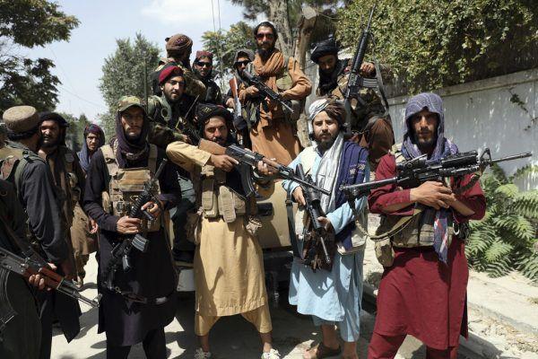 Die Taliban posieren mit Waffen. Wie geht es für die Bevölkerung weiter?AP