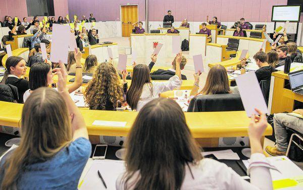 Foto links: Zwei Mal pro Jahr tagt im Vorarlberger Landtag das Schülerinnen- und Schülerparlament.