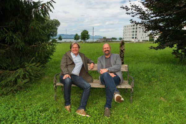 """Frank Matt (l.) und Bernie Weber auf der Bank beim symbolträchtigen Lochauer """"Sichtfenster"""", das Inhalt einer jahrelangen gerichtlichen Auseindersetzung um eine Umwidmung war. Dietmar Stiplovsek"""