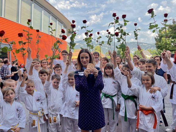 """Für dich soll's rote Rosen regnen: Der Nachwuchs vom """"Kleinen Drachen"""" lässt die Olympia-Medaillengewinnerin hochleben.Franz Lutz (7)"""