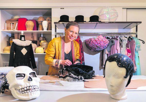 Gewandmeisterin Janina Kobinger hat an der Hochschule in Dresden Kostümgestaltung studiert.  STiplovsek