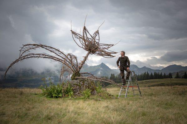 Matthias Würfel mit der Blüte seiner Distel-Trilogie.Wolfgang Zöch-Schüpbach