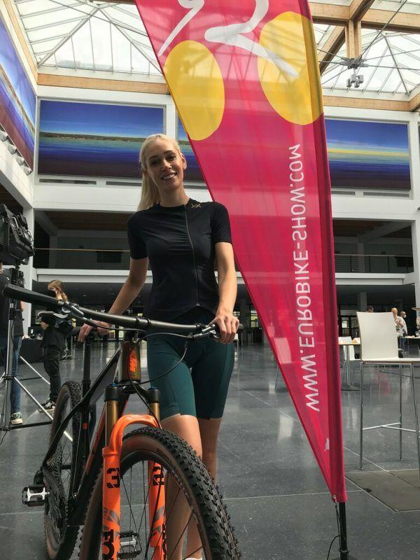 Milanka Maksimovic aus Bregenz präsentierte die neuen Bikes. Dedeleit