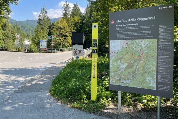Mit Hinweisschildern wird auf die Baustelle und alternative Wanderrouten hingewiesen.Stadt Dornbirn