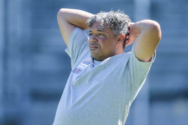 Oben: Dominik Weixelbraun erzielt gegen Dornbirn das 1:0 und 2:0 und läutet damit die Niederlage für die Rothosen ein.Rechts: FCD-Trainer Eric Orie war sichtlich nicht angetan von der Leistung seiner Mannschaft.GEPA (2)