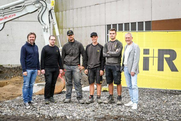 Reinhard Schertler (l.), Joachim Alge (r.) und Michael Spettel (2. v. l.) mit den Lehrlingen Maid Kalosevac, Jorel Fetz und Slavko Kojic. Mittelberger