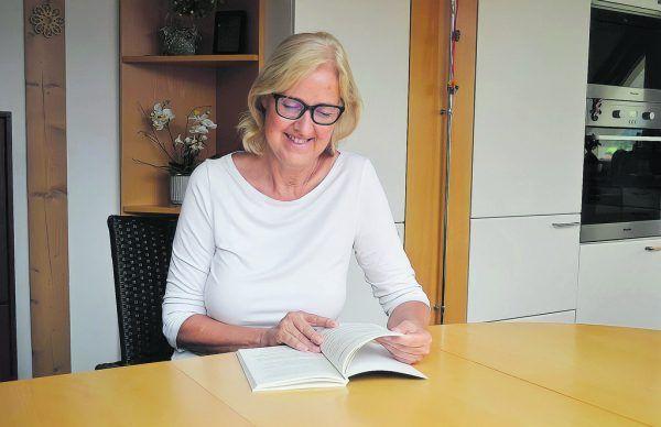 Schon ihrer Tochter las Angelika Baumann abends gerne noch ein Buch vor. Caritas Vorarlberg