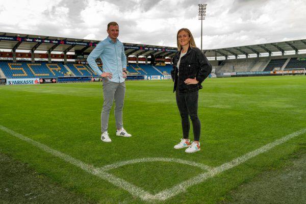 Tobias Thies und Julia Kofler posieren selbstbewusst in der Altacher Cashpoint Arena, ihrer neuen Heimstätte. Stiplvosek