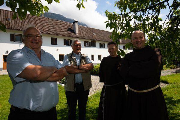 Von links: Bertram Bolter, Heinz Seeburger, Pater Darcius und Guardian Pater Makary.Hartinger