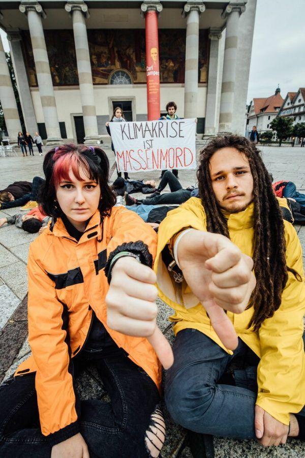 Aaron Wölfling und Mitstreiterin Nele Tschaikner auf einer Protestaktion der Fridays-for-Future-Bewegung in Dornbirn.Sams, Stiplovsek