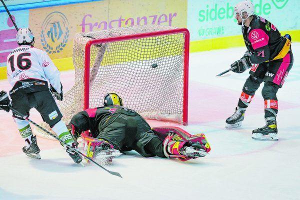 Auch VEU-Goalie Alex Caffi konnte das frühe 0:1 nach 305 Sekunden nicht verhindern.Stiplovsek
