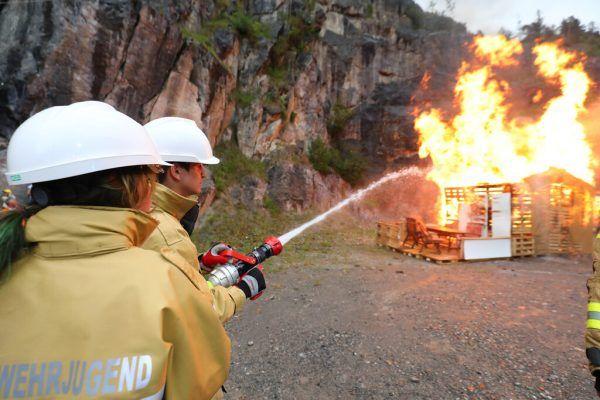 Bei einer Schauübung im Ludescher Steinbruch zeigten die Mitglieder der Feuerwehrjugend ihr Können.Hartinger (5)