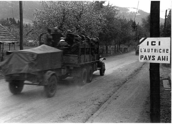 Das 1945 von den Franzosen an der Grenze in Hörbranz errichtete Schild. Stadtarchiv Bregenz