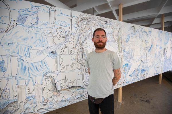 David Schiesser vor seinen Bildtafeln, oben eine der Arbeiten aus einer Serie.Klaus hartinger (2)