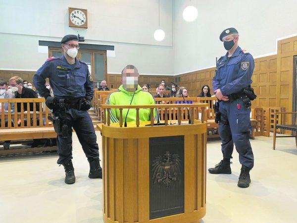 Der Angeklagte soll seine Lebensgefährtin totgetreten haben. Er bekannte sich nicht schuldig.NEUE