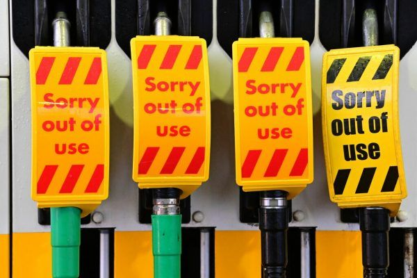 Der Sprit kommt nicht mehr zur Tankstelle – es fehlt an Fahrern.APA/AFP